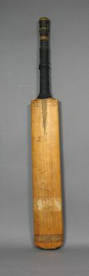Cricket bat signed on reverse by Alan Kippax, maker Gunn & Moore Ltd.